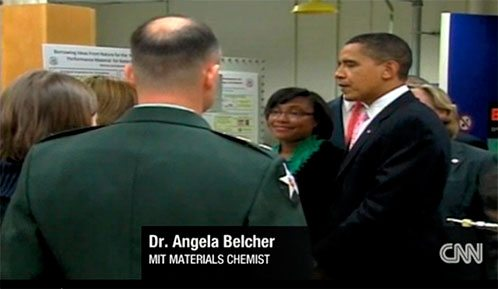 President Obama listens to Dr. Angela Belcher's explanations at MIT (CNN video in English).