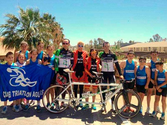 The TándemMurcia team with children from the Triathlon Club in Águilas (Murcia).