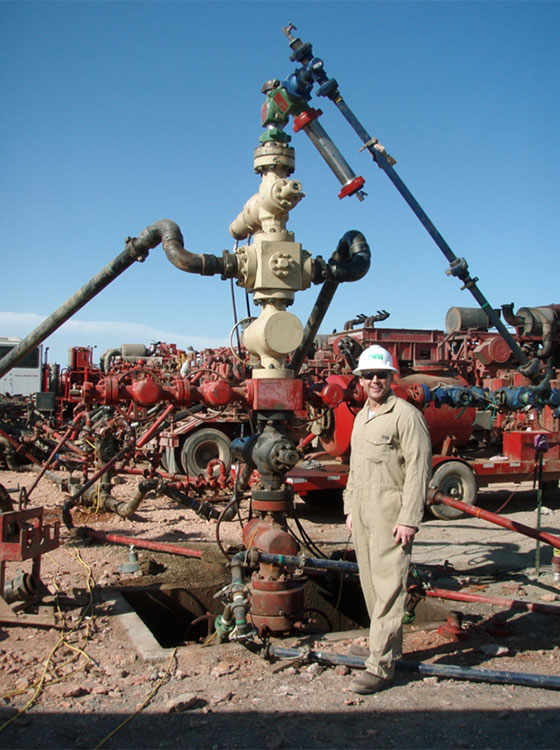 "Foto: Joshua Doubek, Wikipedia. Bohrturm eines Fracking-Schachts, mit dem die Flüssigkeiten in das unterirdische Gestein gepumpt werden. «<a href=""http://commons.wikimedia.org/wiki/File:Well_Head_where_fluids_are_injected_into_the_ground.JPG#mediaviewer/Archivo:Well_Head_where_fluids_are_injected_into_the_ground.JPG"">Well Head where fluids are injected into the ground</a>» por <a class=""new"" title=""User:Joshua Doubek (la página no existe)"" href=""//commons.wikimedia.org/w/index.php?title=User:Joshua_Doubek&action=edit&redlink=1"">Joshua Doubek</a> - Trabajo propio. Disponible bajo la licencia <a title=""Creative Commons Attribution-Share Alike 3.0"" href=""http://creativecommons.org/licenses/by-sa/3.0"">CC BY-SA 3.0</a> vía <a href=""//commons.wikimedia.org/wiki/"">Wikimedia Commons</a>."