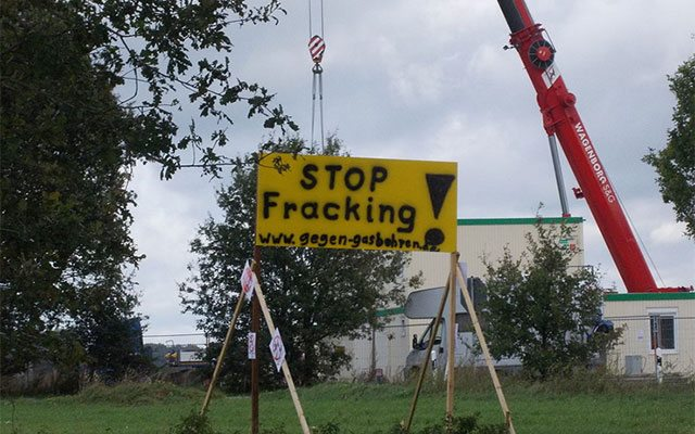 "Sign protesting against hydraulic fracturing in Germany (Image: Battenbrook, Wikipedia). «<a href=""http://commons.wikimedia.org/wiki/File:Gasbohrung_%22B%C3%B6tersen_Z11%22.JPG#mediaviewer/Archivo:Gasbohrung_%22B%C3%B6tersen_Z11%22.JPG"">Gasbohrung ""Bötersen Z11""</a>» por <a title=""User:Battenbrook"" href=""//commons.wikimedia.org/wiki/User:Battenbrook"">Battenbrook</a> - <span class=""int-own-work"" data-mce-mark=""1"">Trabajo propio</span>. Disponible bajo la licencia <a title=""Creative Commons Attribution-Share Alike 3.0"" href=""http://creativecommons.org/licenses/by-sa/3.0"">CC BY-SA 3.0</a> vía <a href=""//commons.wikimedia.org/wiki/"">Wikimedia Commons</a>."